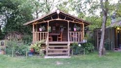 Er zijn zoveel fijne plekjes op de ezelcamping. Dit is ook zo'n fijn plekje, een soort hangjongerenplekje.